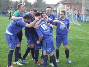 Veľká radosť futbalistov Mladosti so strelcom Torbicom (tretia hlava sprava)