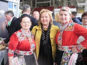Predsedníčka županijskej hospodárskej komory Pula Jasna Jaklin Majetićová s Kulpínčankami (foto: V. D. Babiaková)