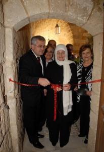 S veľvyslancom SR v Damasku Oldřichom Hlaváčkom a ministerkou mládeže a vzdelávania Bahiou Hariri pri otvorení výstavy v Sajde
