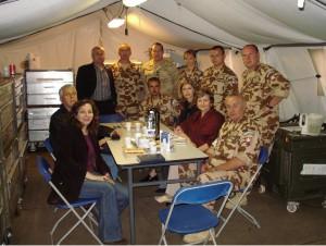 Členovia Výboru asociácie absolventov českých a slovenských vysokých škôl v Libanone na stretnutí s lekármi Vojenskej nemocnice v Ružomberku počas ich pobytu v Tibnine