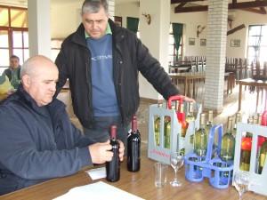 Aj predseda Združenia vinohradníkov a vinárov Kulpína Michal Dovičin (sprava) priniesol vzorky bieleho a červeného vína, ktoré prijal člen organizačného výboru Veľkej noci v Kulpíne Jaroslav Žila