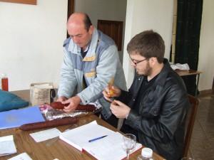 Ján Gaža a Branislav Kuštra prijali vzorky, zaevidovali a označili poradovým číslom