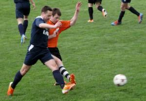 Ďalšie body k postupu: kapitán Čerňoš (modré tričko) a strelec gólu pre BAK Stojanov