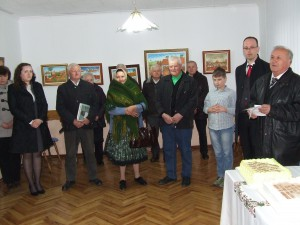 Otvorenie výstavy olejomalieb. Oslávenci Michal Melich (druhý zľava) a Michal Povolný.