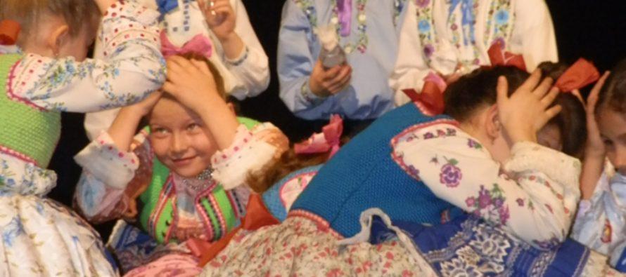 Tanečné skupiny SKUS hrdinu Janka Čmelíka a Mária Bzovská postúpili do oblastnej prehliadky