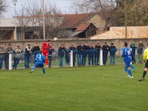 Ľavokrídelník Vinogradara Basi (v červenom drese) hlavou odrazil loptu na roh spred obrancu Tatry Srnku (číslo 2 v modrom)