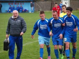 Spoluhráči vyvádzajú z trávnika zraneného útočníka Tatry Klaića