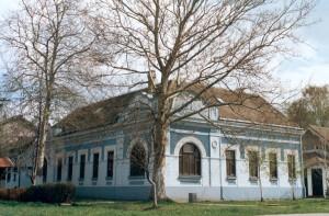 Modrá budova, v ktorej súčasne sídli Galéria insitného umenia v Kovačici