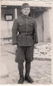 Posledná fotografia Jána Kantára z Kulpína, oblečeného do maďarskej uniformy, keďže ho zajalo maďarské vojsko. Písal sa rok 1942... (Foto: z archívu J. D.)