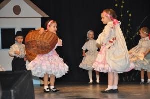 Na spolkovom Veľkonočnom koncerte 2015 najmladší folkloristi obecenstvo pobavili štylizovanými detskými hrami