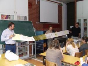Časopis VERTIGO má zaujímavý dlhý formát, apreto ho spolu predstavili (zľava) Peter Karpinský, Marta Součková aJán Gavura