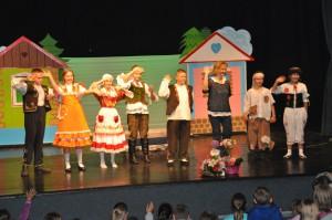 Veľký potlesk prítomných detí po predstavení pre mladých hercov