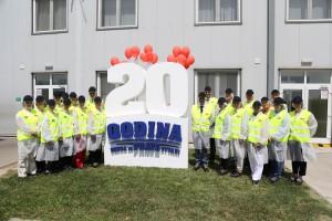 Menadžment fabrike Marbo i novinari u radnim odelima pre ulaska u fabriku