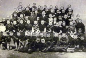 Štvrtý ročník žiakov z roku 1907 so správcom školy Jánom Faklom a učiteľom Lajošom Sabom