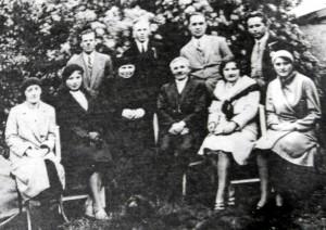Učiteľský kolektív z roku 1931 so správcom školy Andrejom Seďorim (sedí)