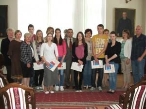 Časť odmenených stredoškolákov, členky komisie aorganizátori súťaže