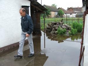 Madackovcom v Šafárikovej ulici voda zaplavila dvor a letnú kuchynku. V stredu čakali na pracovníkov z JKP Vodovod a kanalizácia z Nového Sadu, aby prišli vodu odčerpať