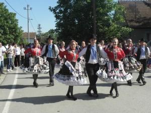 Petrovčania tanečným krokom v sprievode ulicami Hložian