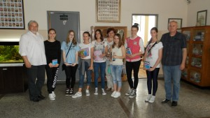 Odmenené žiačky spolu s hostiteľmi a organizátormi súťaže (foto: A. Chalupová)