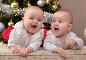 Zo štátnych a cirkevných matrík sa dozvedáme, že v banátskych slovenských osadách biely mor i naďalej vyčíňa, keďže aj vlani umrelo takmer raz toľko osôb než sa narodilo detí. Medzi novorodeniatkami sú aj dvojičky Jasna a Vierka Bakošové z Kovačice.