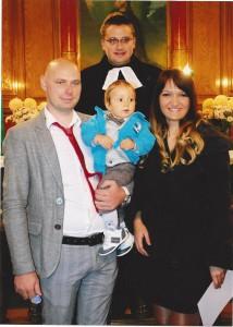 Andrej Beracka, jedno zo štyroch detí pokrstených vo vojlovickom kostole, s rodičmi Ivanom a Nevenou a farárom Branislavom Kulíkom