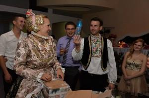 Jánošíčanka Katarína Mosnáková a Aradáčan Ivan Bagľaš na svojej svadbe oprášili spomienky na starodávne svadobné zvyky
