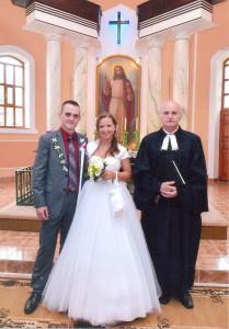 Sobáš v Boľovciach – mladomanželia Vaňa Plachtinský a Katarína Klinková so seniorom Jánom Vinkovičom (Foto: z archívu J. V.)