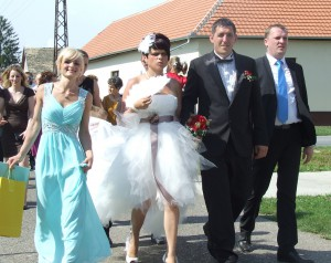 Lotyška Romena a Slovák Jaroslav Zorňanovci pri odchode do lalitského kostola na sobáš