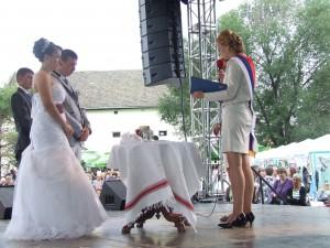Počas tradičného podujatia Svadba voľakedy a dnes vlani matrikárka Ľudmila Grňová uzavrela manželstvo medzi Kulpínčankou Andreou Sľúkovou a Petrovčanom Jánom Šefčíkom (na javisku)