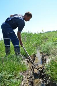 – Nezostalo nič iné, iba prehĺbiť staré alebo vykopať nové jarky, – hovorí Samuel Valentík.