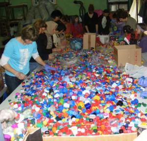 Akcia Vrchnáčikmi k úsmevu (Čepom do osmeha) má dva ciele – zbieraním všetkých druhov plastových vrchnákov prispieť k ochrane životného prostredia a pomôcť tým, ktorým je pomoc potrebná. (Foto: V. Petkovićová)