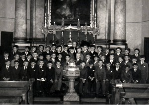 Konfirmovaní chlapci v roku 1965 s farárom Karolom Chalupkom (stojí v úzadí)
