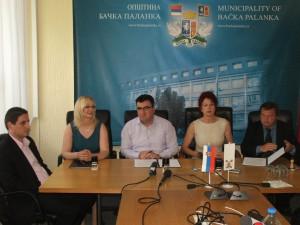 Presne pred dvomi rokmi v Báčskej Palanke bola podpísaná zmluva, ktorá mala zabezpečiť plynulý chod festivalu Stretnutie v pivnickom poli.  (foto: J. Bartoš)