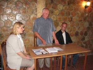 Pracovné predsedníctvo: Pavel Kríž (v strede), podpredseda MOMS Slađan Daniel Srdić a tajomníčka Anna Valentová