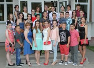 Spoločná fotka skončených ôsmakov s triednymi učiteľmi  z  rozlúčkového večierka (Foto: Benka)