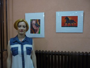 Sandra Živkovićová pri svojich obrazoch v Slovenskom vojvodinskom divadle