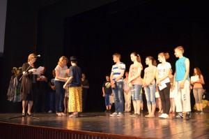 Na záverečnom ceremoniáli malý herec preberá cenu za Kulpínčanov