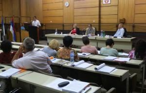 Miloš Lazić za rečníckou tribúnou na zasadnutí ZO