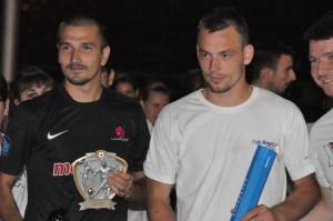 Najlepší hráč Nemanja Žeravica (vľavo) a najlepší brankár Dragan Zeljković