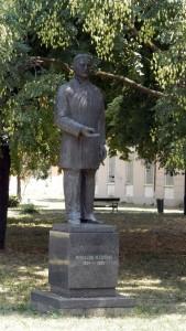 Pomník Mihajla Pupina v strede spomienkového komplexu M. P.