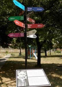 Informačná tabuľa so smerovníkmi, ktorý poukazujú na mestá, ktoré navštívil počas svojho života