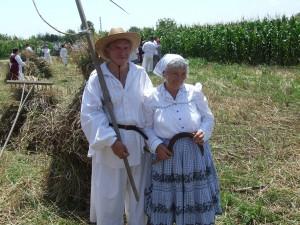 András Harmonai s manželkou Máriou aj tohto roku usilovne ukazovali mladým, ako sa kosí, hrsťuje a viaže do snopov zrelá pšenica