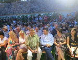 Početné obecenstvo vo dvore rodiny Jakšićovej (Foto: Zoran Milić)