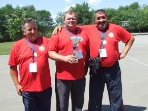 Traja športovci v preťahovaní lanom PPK Bečej – 408    kilogramov: zľava Stanko Ćuk (131 kg), Tivadar Takács (134 kg), Tomislav Tašin (143 kg). Koľko ozaj vážia všetci desiati v mužstve?