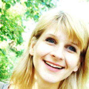 Miroslava Dudková (1979): Narodila sa v Novom Sade (Srbsko). Po maturite na gymnáziu v rodisku študovala na Vysokej škole múzických umení v Bratislave, kde teraz žije a pôsobí ako slobodná umelkyňa (poetka a bábkoherečka). Vydala tieto zbierky básní: Suchý rok (2003), Nahá myseľ (2009) a Pokrčené verše (2014).