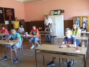 Lalitskí malí maturanti vočakávaní maturitnej skúšky zmaterčiny; vstrede stojí riaditeľ školy prof. Vladislav Popović