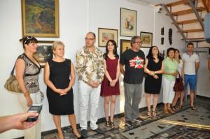 Zberateľ Miroslav Brna (piaty zľava) pri otvorení jeho zbierok vGalérii Pegaz (Foto: J. Čiep)