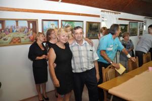 Ján Ivan Ribičić a Marjena Sabová vDome penzistov po vernisáži vspoločnom objatí (Foto: J. Čiep)