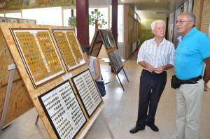 Aj náruživý numizmatik Slavko Černivec (vľavo) návštevníkom SNS prezentuje bohatú zbierku (Foto: J. Čiep)