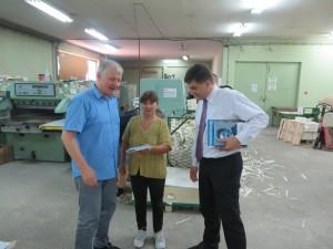 Pavel Marčok a Branislav Ondruš v tlačiarni s Martou Abrahámovou (Foto: S. Žiak)